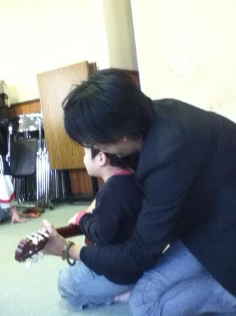 児童養護施設 子どもと楽器.JPG