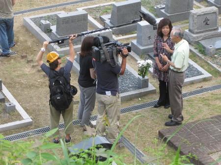 沼田さんお墓の前で.jpg