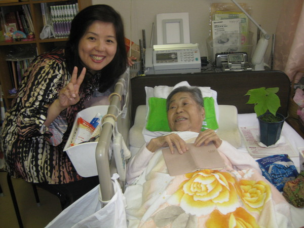沼田鈴子さんとアオギリ3世と私.JPG